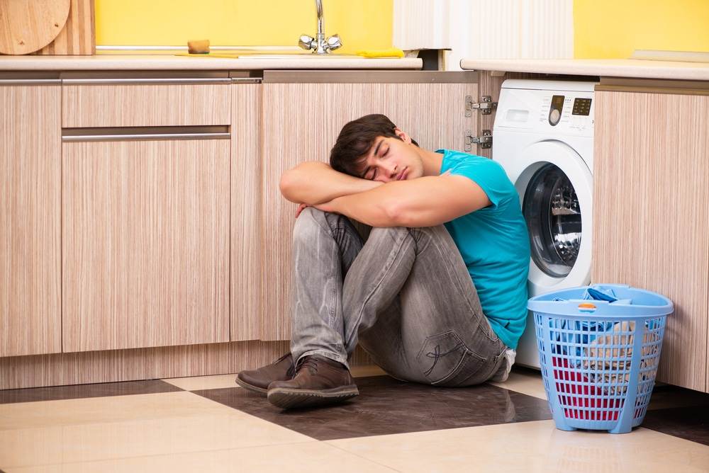 a man fell asleep while waiting for his laundry
