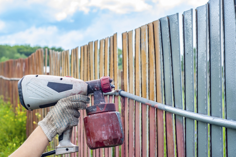How to Paint a Fence With a Sprayer